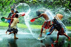 Дети, играющие под дождем. (фото из интернета)