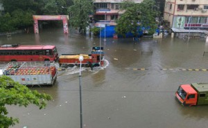 Затопленная автомобильная улица