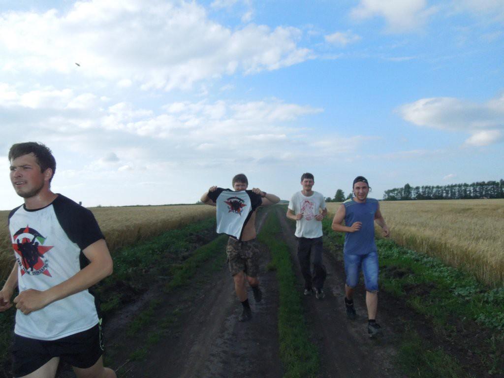 Посреди колхозных полей