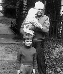 с внуками Костей (я собственно) на руках и Ильей