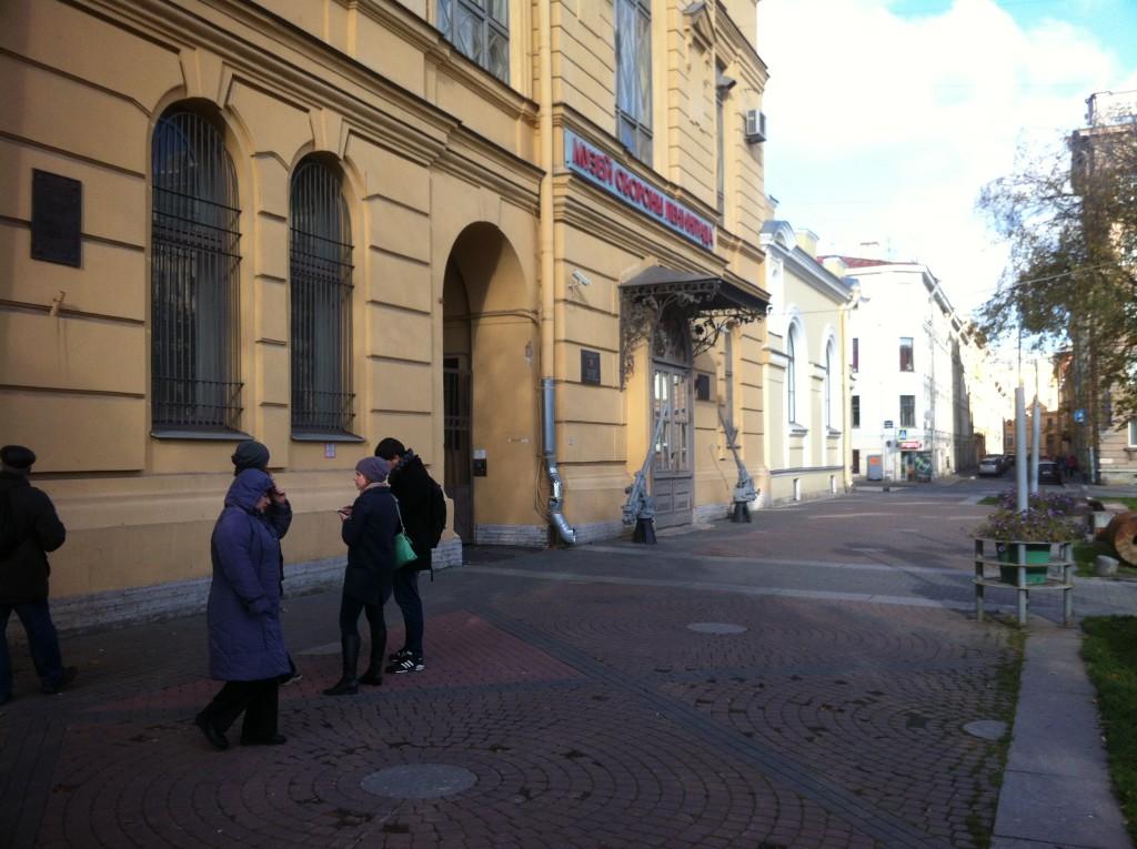 А вот на этом месте мы волонтерили с Сашкой давным давно, а в прошлом году водили сюда Мандлу и Дашу. Музей обороны и блокады Ленинграда