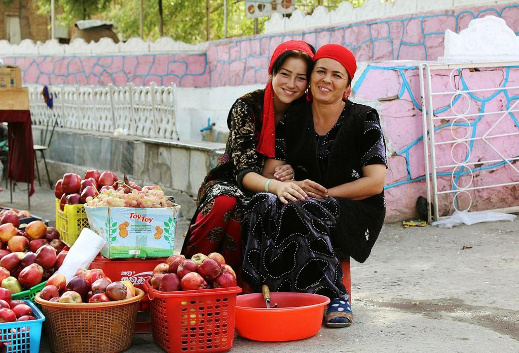 """""""Цветы Сайроба"""" Девушки, продающие яблоки. Узбекистан, Сайроб, осень 2015г."""
