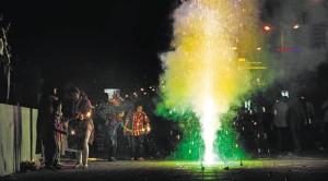 Вот такие фонтаны огня можно увидеть на улицах в Дивали