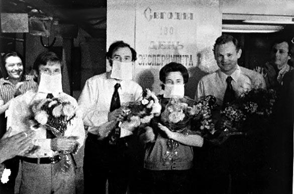 Испытатели после эксперимента. Их встречали с цветами, как настоящих космонавтов.